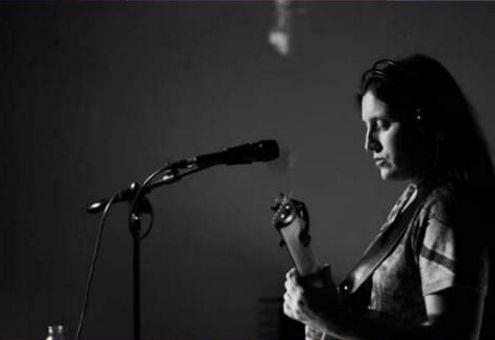 Con el auspicio de la Dirección de Cultura de la Municipalidad de Colón, este viernes 30 de noviembre, a las 22 horas, en el Almacén de la Cultura se presentará Dafne Usorach, cantautora de Loop Set.