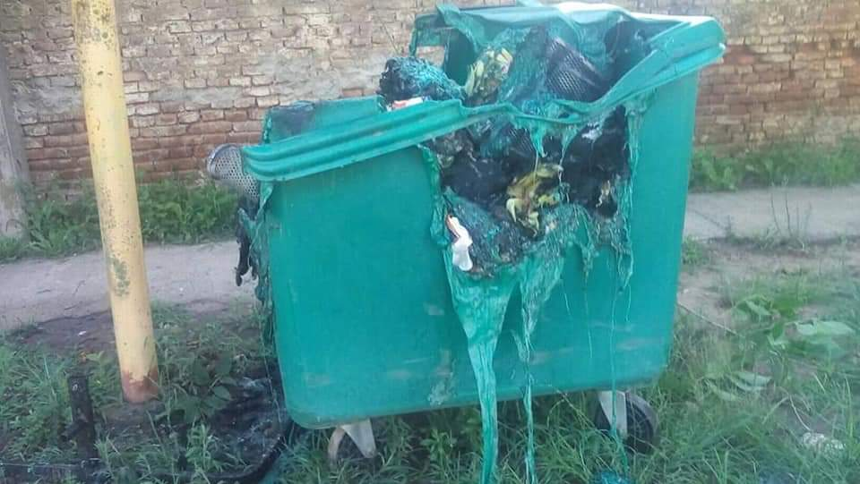 En la mañana del sábado 19 de enero los vecinos de Pearson se sorprendieron al ver incendiado el contenedor de basura que hace aproximadamente dos meses fue instalado en la localidad.