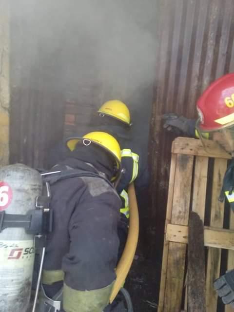 En la madrugada del este sábado 8 de junio fueron convocados Bomberos Voluntarios por el incendio de una vivienda en calle 9 y 36, propiedad de la empresa GENAVE S. A. (ex Coob).