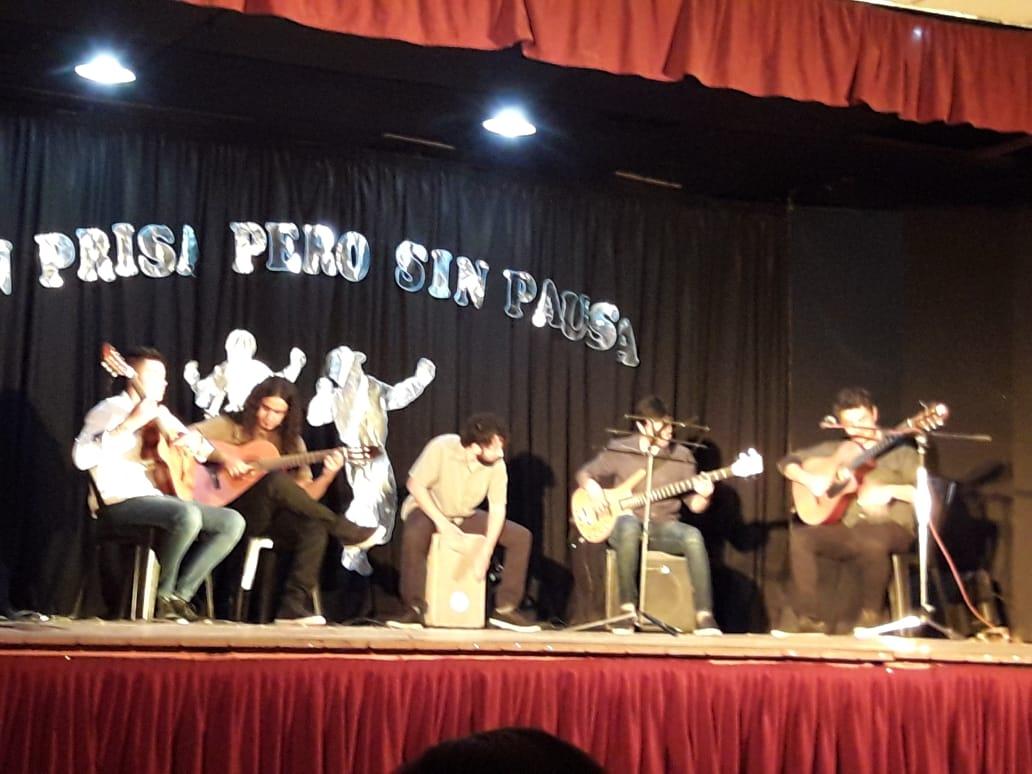 En la noche del domingo 30 de diciembre con un salón colmado de público, la Agrupación Folklórica El Arbolito presentó su muestra anual en las instalaciones del salón del centro de Jubilados.