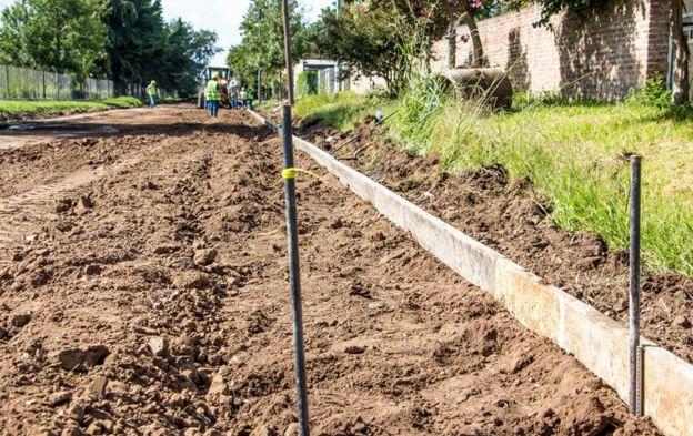 Continúa a buen ritmo la obra de cordón cuneta en barrio Sol de Mayo.