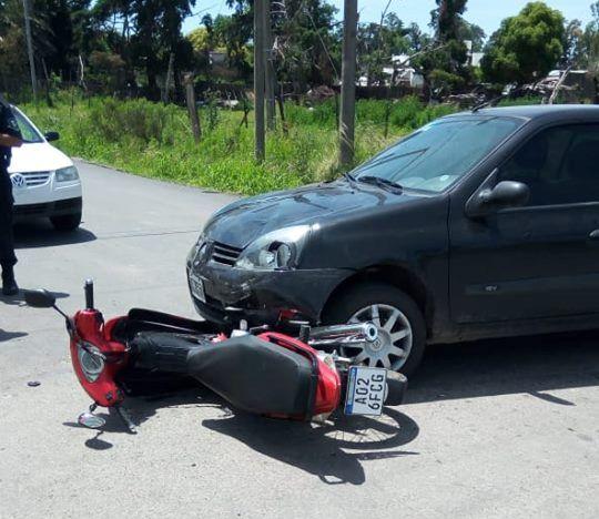 En la mañana de este jueves 8 de noviembre fueron alertados los servicios de emergencia a raíz de un accidente entre un automóvil y una motocicleta en 7 y 40.