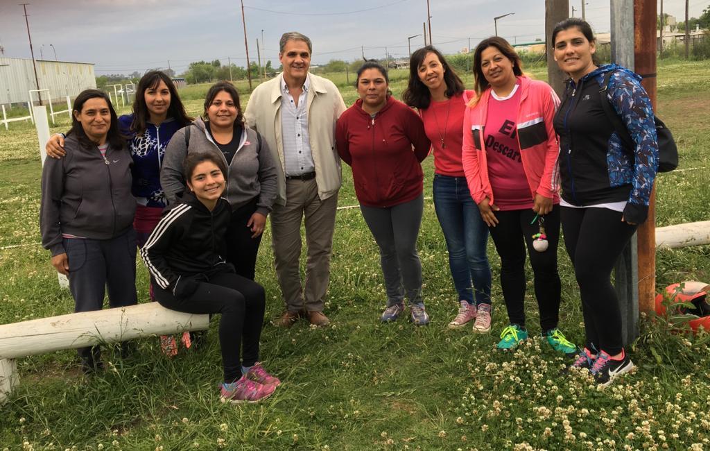 Las funcionarias Rocío Martínez (secretaria de Cultura, Educación y Deportes) y María José Rodríguez (Dirección de Género y Fortalecimiento Familiar), junto al doctor Pablo Pino, visitaron al equipo de fútbol femenino del Club Atlético El Fortín.