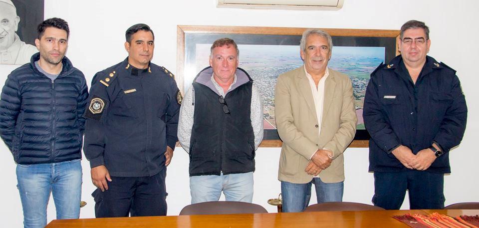 En la mañana del viernes 22 de marzo, el intendente Ricardo Casi, acompañado por el secretario de Seguridad, Marcelo Battaglia, recibió a las nuevas autoridades de la Estación Comunal de Policía de nuestra ciudad.