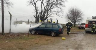 Se incendió auto en la Escuela Nº 14