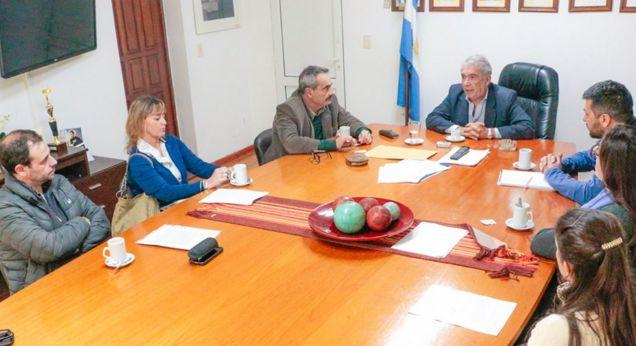 El intendente Ricardo Casi recibió a un grupo de arquitectos colonenses. En la reunión llevada a cabo en el Palacio Municipal se conversó acerca del estado del Centro Cívico y de la exterminal de ómnibus de nuestra ciudad.
