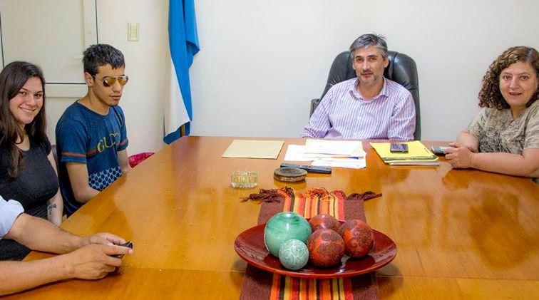 En la mañana del viernes 9 de noviembre, la secretaria privada del intendente, Claudia Zaniboni, y el encargado de Presupuesto, Diego Bastianelli, recibieron en el Palacio Municipal a Agustín Chávez.