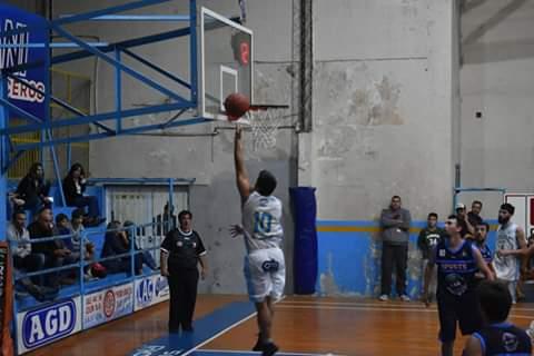 En la noche del lunes 15 de abril se completó la octava fecha del Torneo Apertura de básquet de Primera División de la APB. En Pergamino