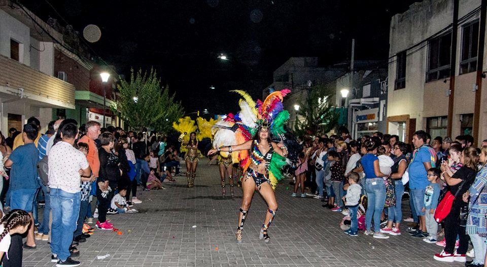 Este domingo 17 de marzo en calle 47 se realizó la noche de Carnaval como estaba previsto, allí una multitud se hizo presente para disfrutar el paso de las comparsas y los show musicales sobre el escenario.