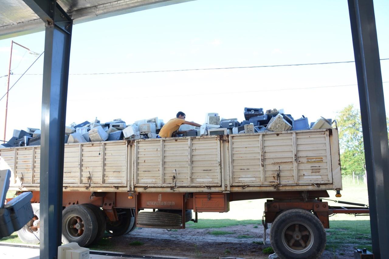 """En la tarde del miércoles se procedió a la carga de un camión con acoplado con aproximadamente 6 mil kilos de RAEE (Residuos de Aparatos Eléctricos y Electrónicos) que estaban acopiados en las instalaciones de la EET Nº 1 """"Fortín de las Mercedes"""". Esto es como resultado del Proyecto E-Scrap llevado a cabo por alumnos y docentes de ese establecimiento escolar y encuadrado dentro del Plan """"Colon Recicla"""" de la Municipalidad."""