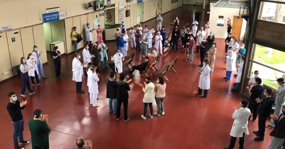 """Bajo la consigna """"barbijos sí, mordazas no"""", los médicos realizaron una protesta en el hall del hospital."""