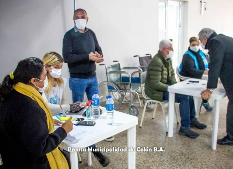 El intendente municipal, Ricardo Casi, se hizo presente en el vacunatorio que funciona en el Club Sportivo Barracas.