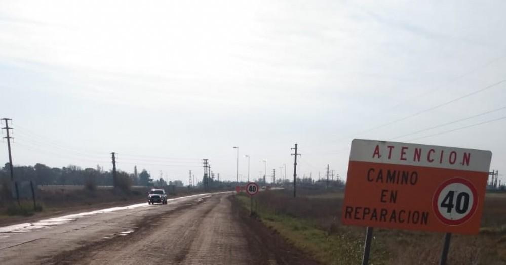 Con maquinaria y personal propio, la Municipalidad de Colón está llevando a cabo trabajos en la ruta provincial 50.