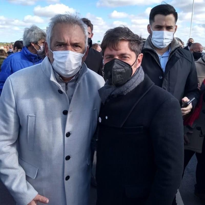 Casi junto al gobernador bonaerense Axel Kicillof.