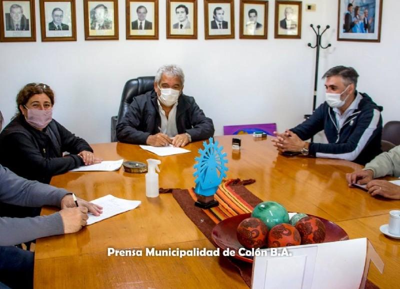 Ricardo Casi y representantes de la Cooperativa Eléctrica Colón y su Sector Obrador, se procedió a la firma del contrato para la ejecución de la obra de cordón cuneta en barrios Progreso, Muzza, Pérez, Rivera y Rivadavia.