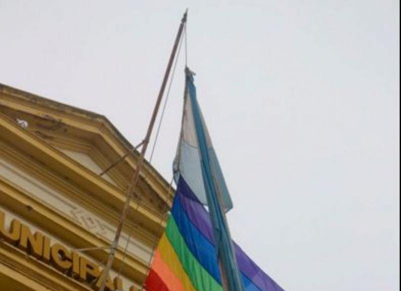La bandera alusiva.