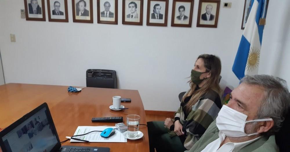 """El intendente Ricardo Casi y la directora de Género, Florencia Palomo, participaron de la presentación del programa """"Comunidades sin violencia""""."""