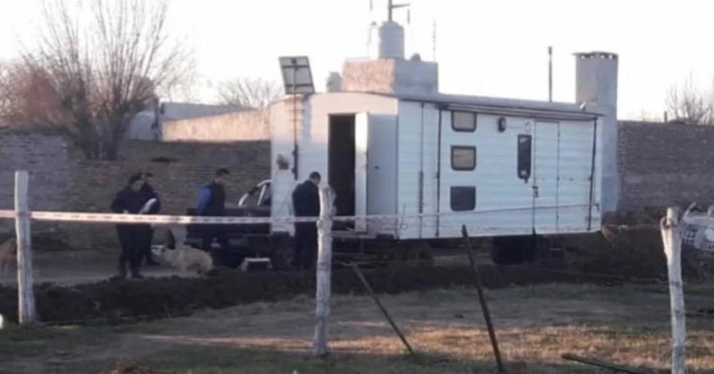Según la denuncia, los tres hombres obligaron a la adolescente a consumir alcohol y cocaína y luego abusaron sexualmente de ella en una casilla rodante.