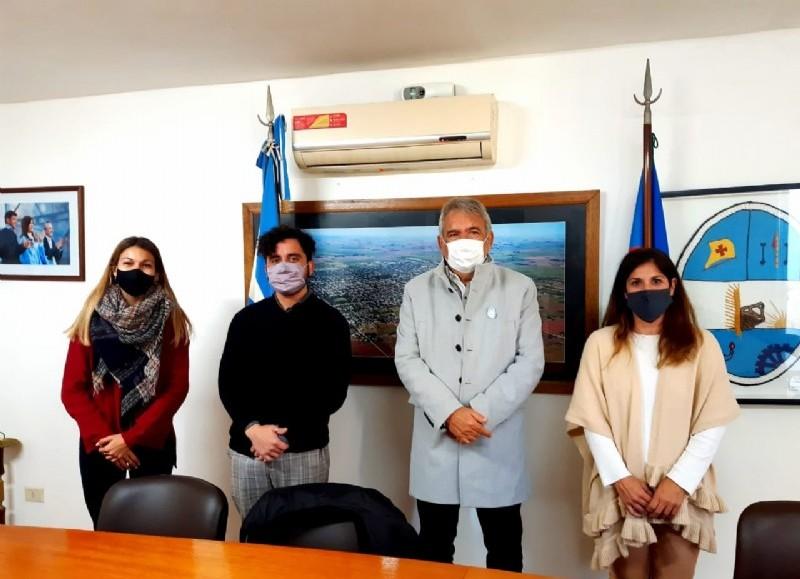 El equipo del dispositivo de varones conformado por la psicopedagoga Agustina Díaz, el psicólogo Raúl Zamorano y su coordinadora, Mariela Luciani, mantuvieron un encuentro de trabajo con el intendente municipal, Ricardo Casi.