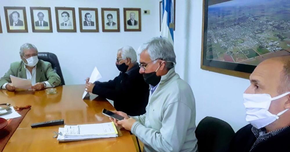 En horas del mediodía de este lunes, en el Palacio Municipal, se produjo la firma del convenio entre el municipio y la CEC correspondiente a la obra de cordón cuneta en barrio Rivadavia.