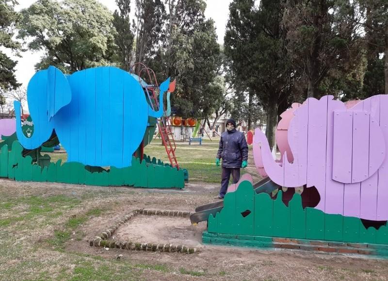 La Dirección de Obras Públicas de la Municipalidad de Colón realizó tareas de reparación y mantenimiento en la Plaza San Martín, específicamente en el sector de Pibelandia.