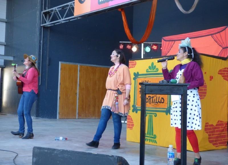 """Se presentaron las colonenses Paula y Genoveva, quienes desde hace varios años realizan presentaciones para el público infantil en nuestro medio, y lo hicieron con el espectáculo """"Te cuento canciones""""."""