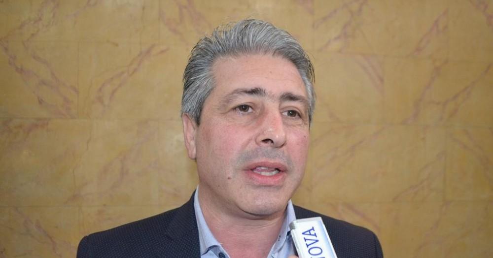 El intendente Javier Martínez intenta desligarse de la responsabilidad por la contaminación del agua.