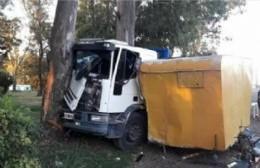 Una mujer herida en Rojas: el camión estaba estacionado, falló el sistema de frenos y se deslizó contra una casilla de comidas